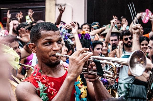 músicos com trompete no carnaval do rio de janeiro