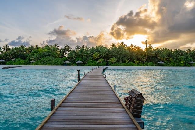 ponte sobre água cristalina - viagens seguras para as maldivas