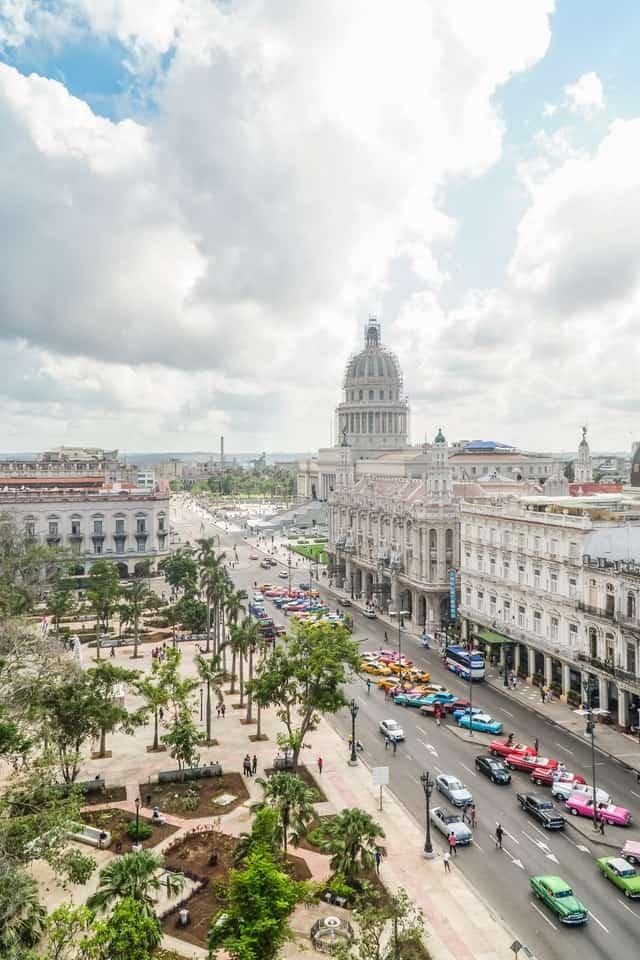 edifícios clássicos, rua agitada e parque no centro de cuba