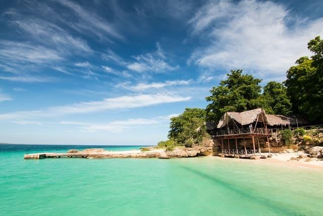 praia paradisíaca com cabana e vegetação tropical em cuba
