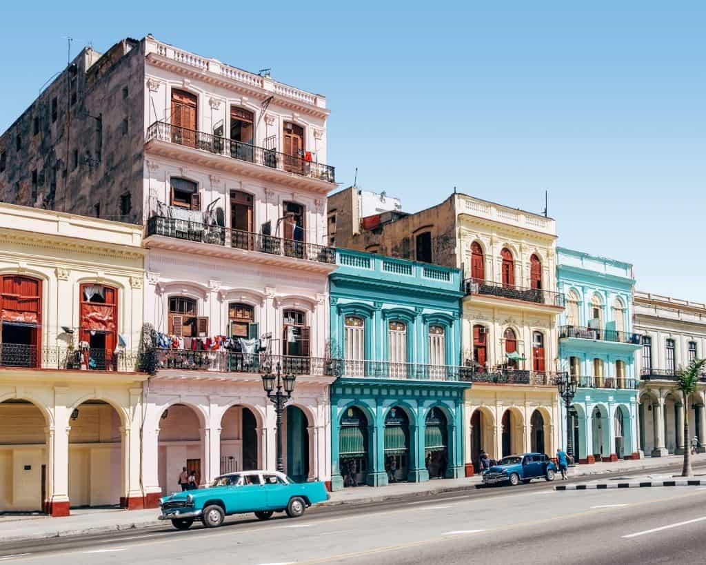 casas coloridas numa rua de havana em cuba