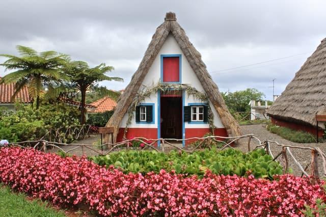 casas tipicas de santana na ilha da madeira
