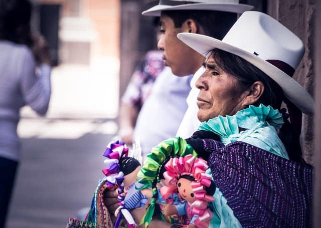 mexicana com vestido tradicional