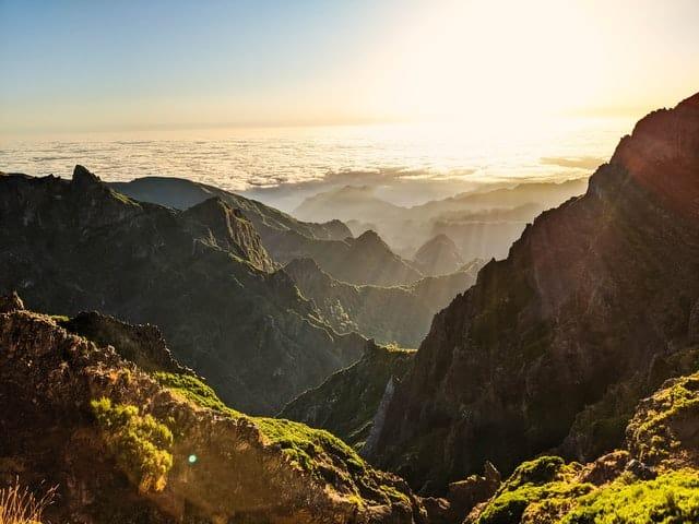 Raios de sol vindos das nuvens durante o nascer do sol nas montanhas do Pico Arieiro, na Madeira, em Portugal.