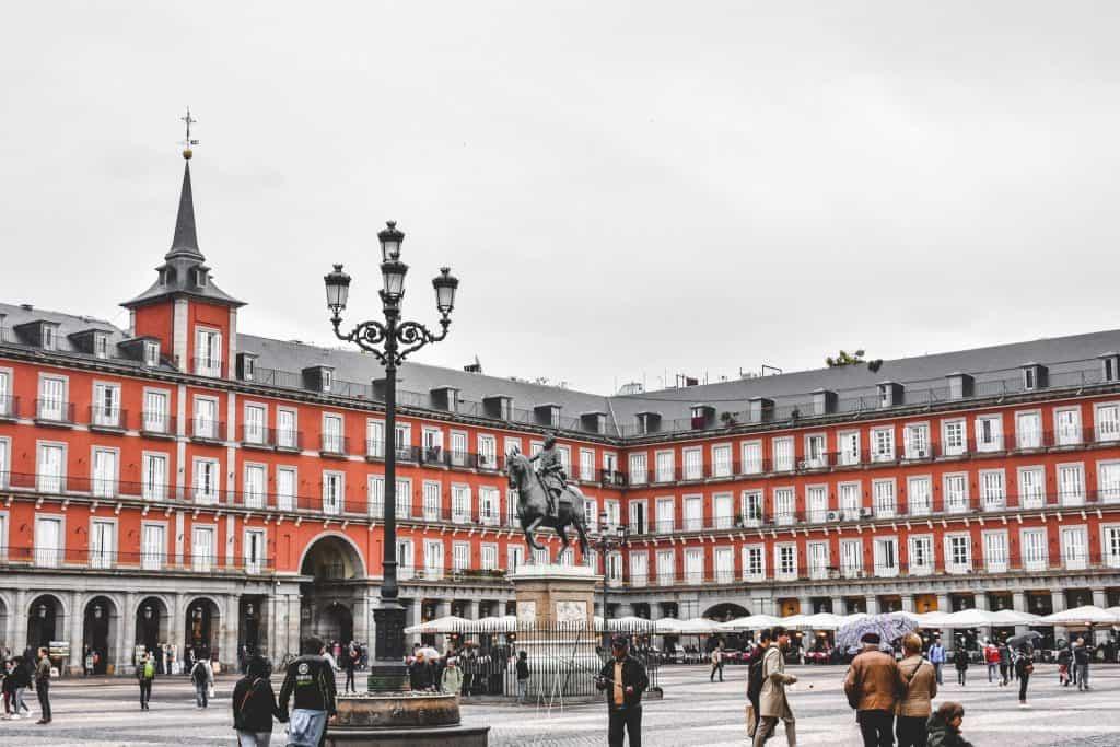 Plaza Mayor com uma estátua do Rei Filipe III em Madrid