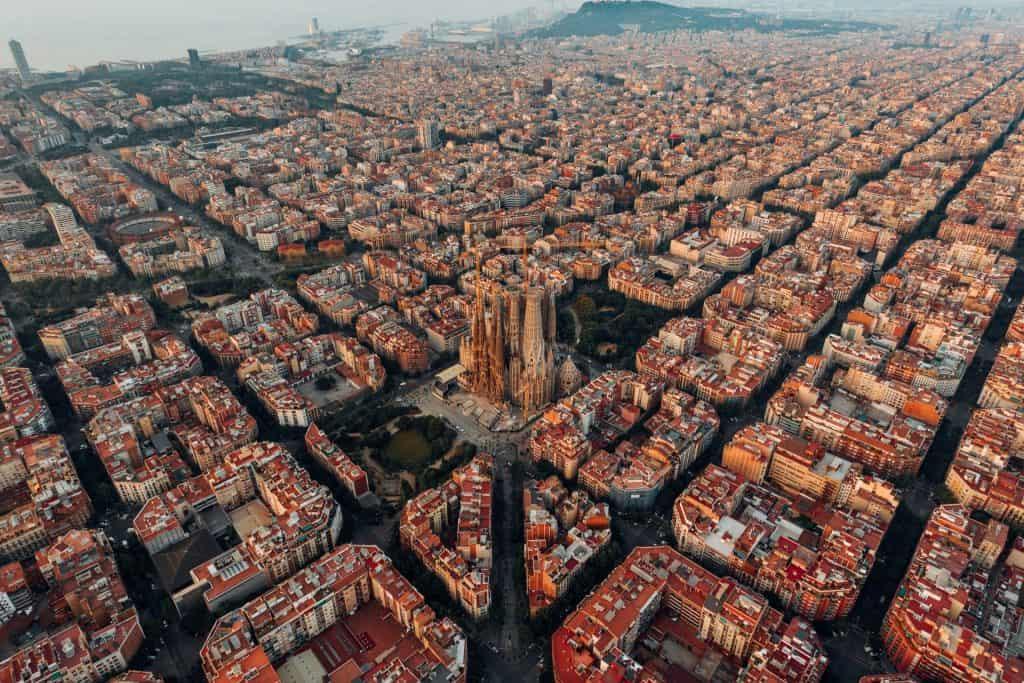 vista de drone da sagrada familia em barcelona