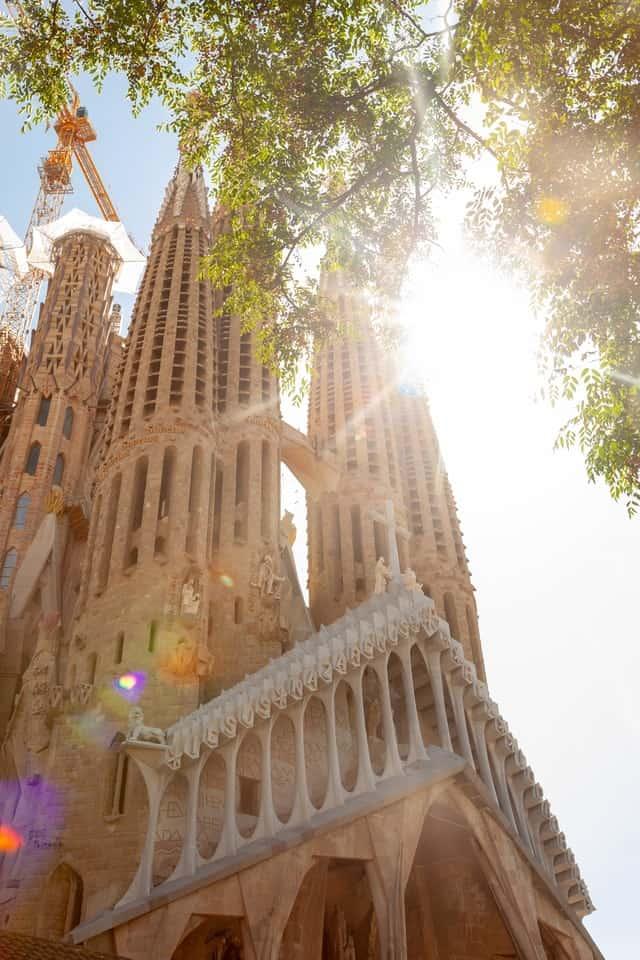 vista de baixo da sagrada familia em barcelona, espanha