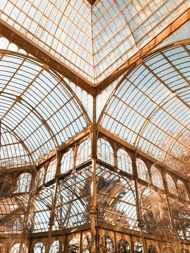 vista de cima do palacio de cristal em madrid, espanha