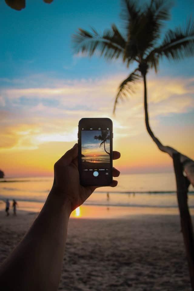 fotografia com smartphone a captar o por do sol na costa rica