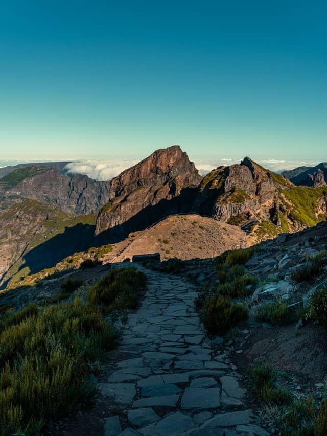 caminho de pedra para o pico do arieiro