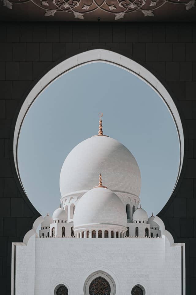 cúpula branca em abu dhabi