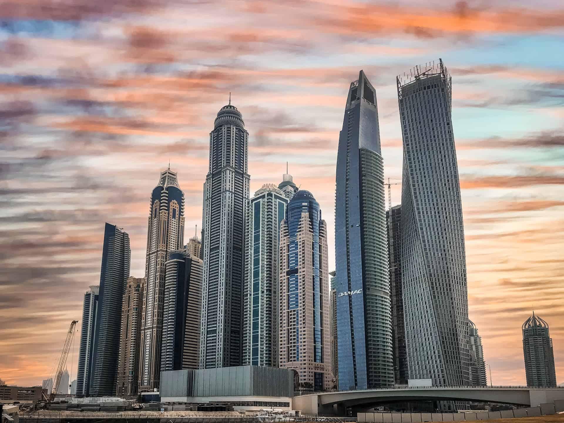 prédios altos com ceu cinzento no dubai